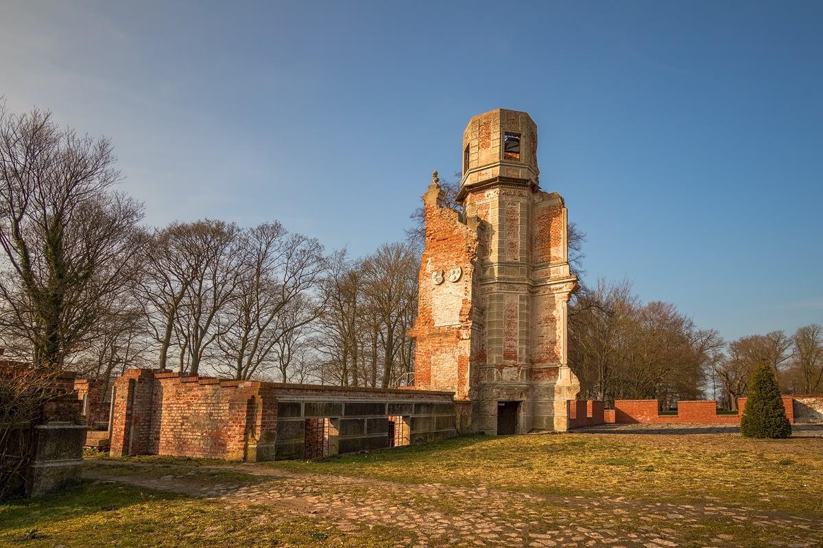 Schlossruine und Schlosspark Pansevitz bei Kulis Muttland