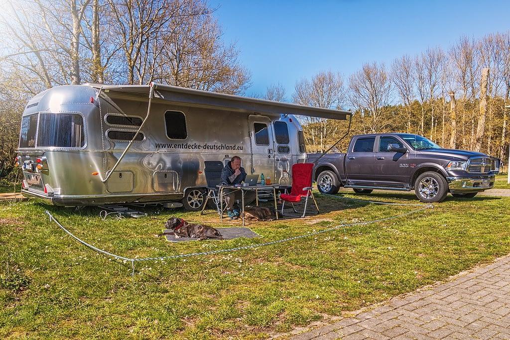 Stellplatz auf Rügen Airstream mit Dodge Ram